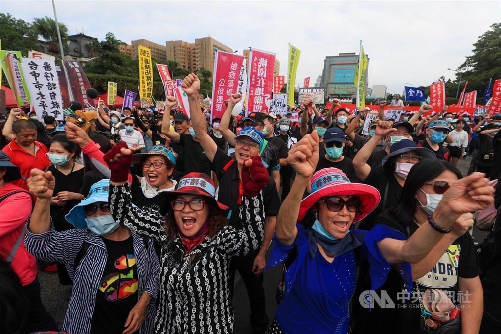 工運指標活動「秋鬥」22日登場,遊行隊伍將分為三大隊並表達「反毒豬、反雙標、反黨國」訴求。凱達格蘭大道聚集大批民眾力挺台灣豬。中央社記者吳家昇攝 109年11月22日