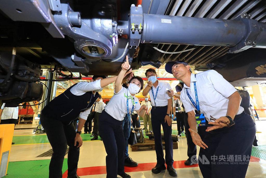 台中捷運綠線列車連接器出現異常,22日起暫停試營運進行檢修,市長盧秀燕(左2)也到中捷公司視察列車了解故障原因。(台中市政府提供)中央社記者郝雪卿傳真  109年11月22日