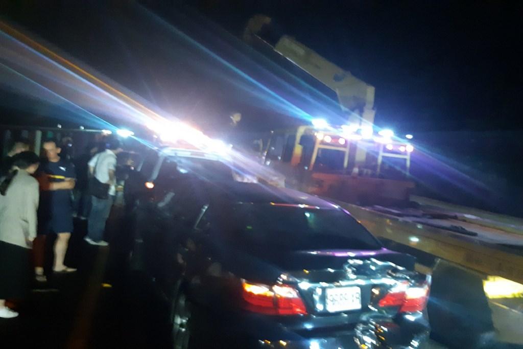 國道3號北上台南新化路段22日晚間發生6部車輛追撞事故,消防人員到場發現2名傷者,一名男子受傷但意識清楚,另一名受困在車內的男子被救出時心肺功能喪失,兩人皆送醫。(讀者提供)中央社記者楊思瑞台南傳真 109年11月22日