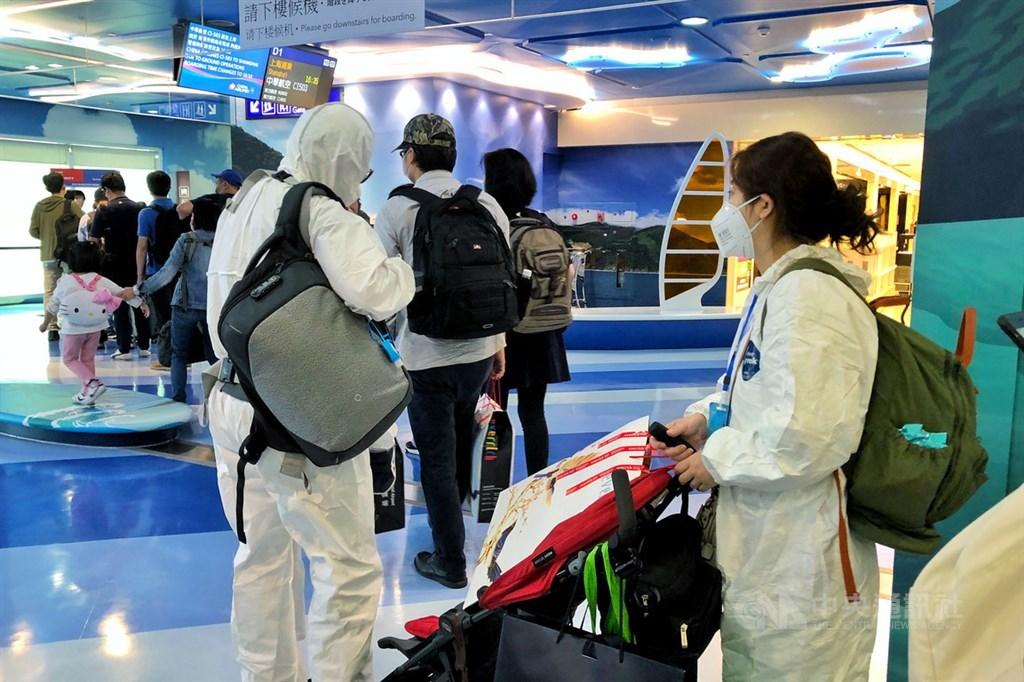 疫情指揮中心宣布,台灣22日新增6例武漢肺炎確診,全為境外移入。圖為11日搭機前往中國大陸的旅客不忘戴上口罩,部分民眾穿著全套防護衣。(中央社檔案照片)