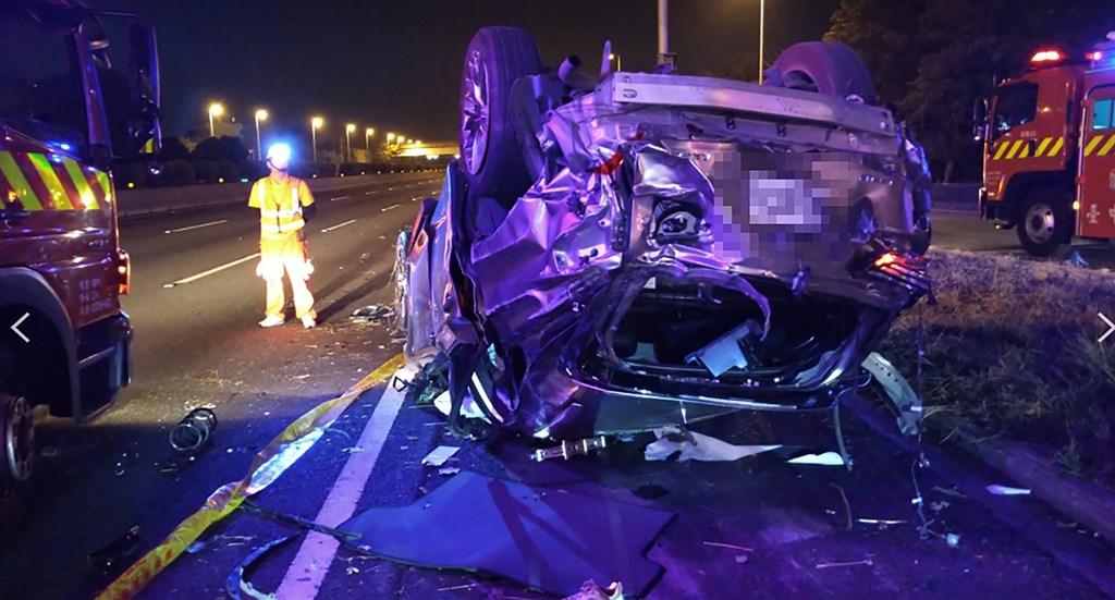 國道1號台中系統交流道22日凌晨2時餘發生休旅車翻覆事故,造成4死2輕重傷,由於撞擊力強大,整輛車毀損嚴重。(台中市消防局提供)中央社記者郝雪卿傳真 109年11月22日