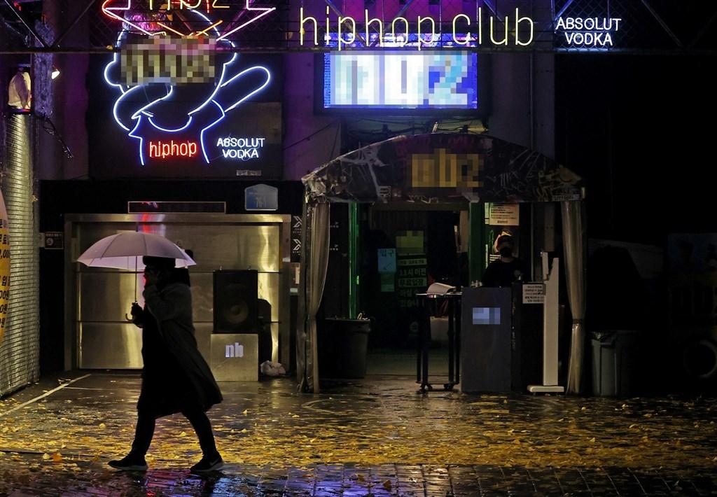 韓國22日連續第5天通報新增確診超過300例,政府宣布24日起將首都首爾及週邊地區防疫級別上調至2級和1.5級,並關閉酒吧和夜店。圖為首爾一間夜店。(韓聯社)