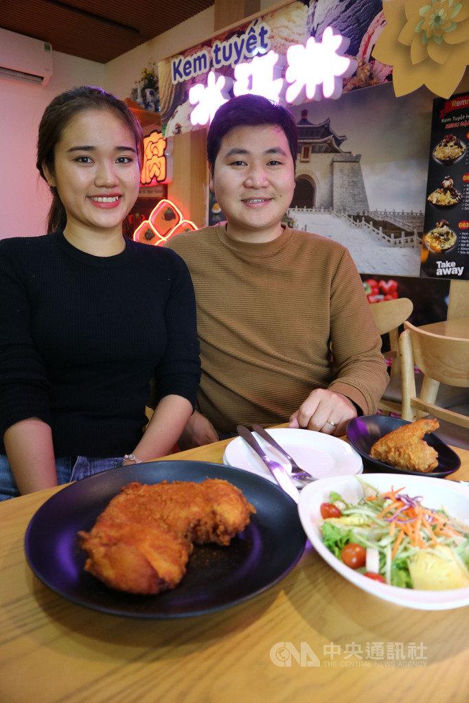 30歲的阮德良(右)在台念書、工作期間很愛吃雞排,返鄉創業便和同為留台越生的妻子阮清玄一起在河內當台灣雞排文化的推廣者。中央社記者陳家倫河內攝 109年11月22日