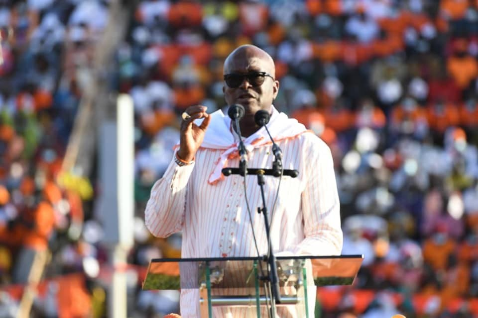 西非國家布吉納法索22日舉行大選,總統卡波雷(圖)預料將會成功連任,然而,聖戰士暴力攻擊事件不斷,加以反對陣營參選人警告將有「大規模舞弊」,使得這次選舉蒙上陰影。(圖取自facebook.com/RochKaborePF)