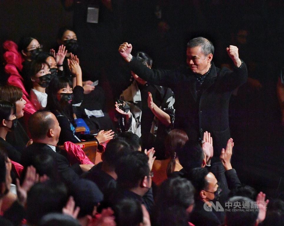 第57屆金馬獎頒獎典禮21日晚間在台北國父紀念館盛大舉行,電影「消失的情人節」獲壓軸大獎最佳劇情長片,導演陳玉勳(右)在台下開心振臂。中央社記者鄭清元攝 109年11月21日