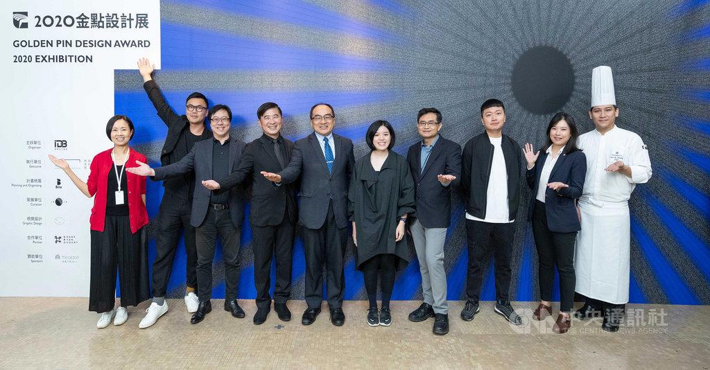 2020金點設計展23日舉辦展前記者會,經濟部工業局長呂正華(左5)、台灣設計研究院長張基義(左4)、典禮策劃統籌Bito創意總監劉耕名(左2)等人出席。(TDRI提供)中央社記者葉冠吟傳真 109年11月23日