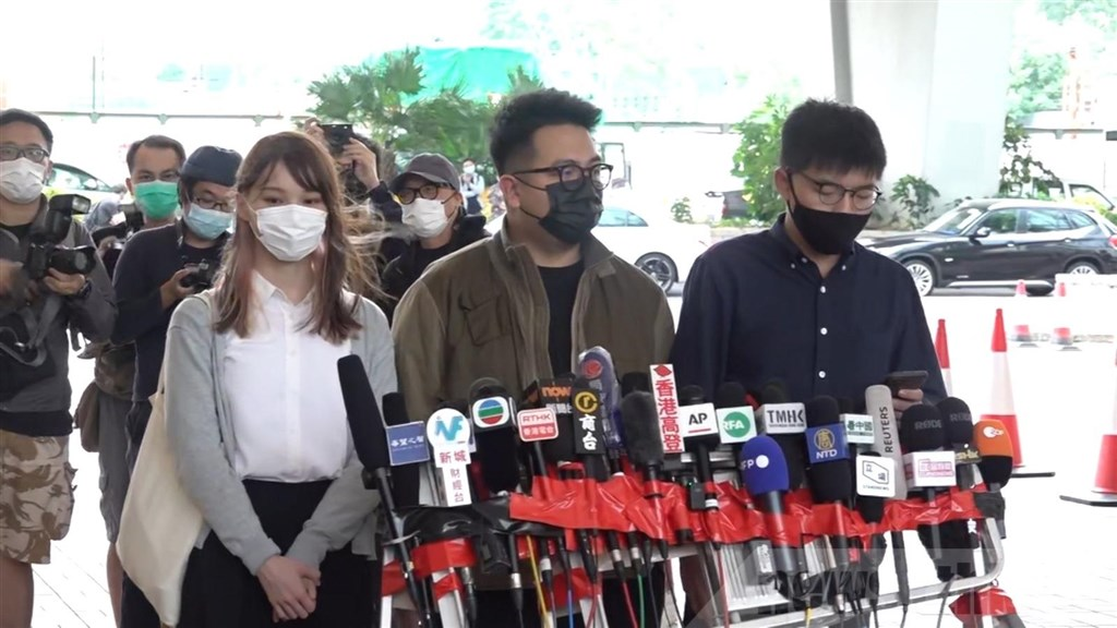 已解散的「香港眾志」前骨幹黃之鋒(前右起)、林朗彥和周庭涉嫌於去年6月發起包圍警察總部,黃之鋒23日出庭前對媒體說,3人將承認所有控罪。(圖取自香港電台網頁www.rthk.hk)