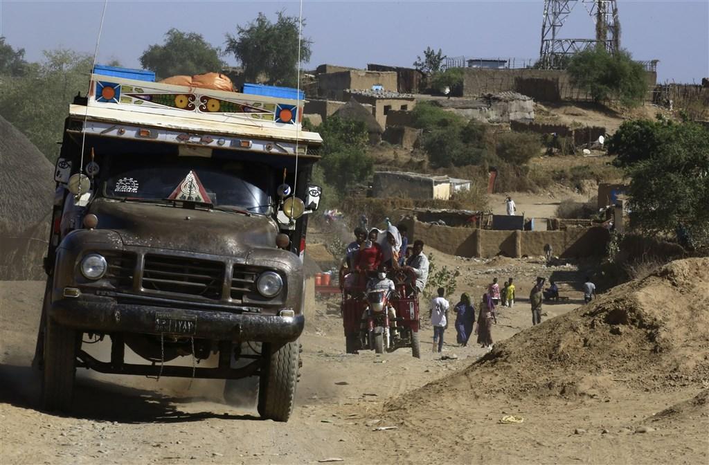 東非國家衣索比亞北方的泰格瑞省叛軍與中央政府軍纏鬥,22日該省民眾被迫以乘車或步行逃往鄰國蘇丹。(法新社)
