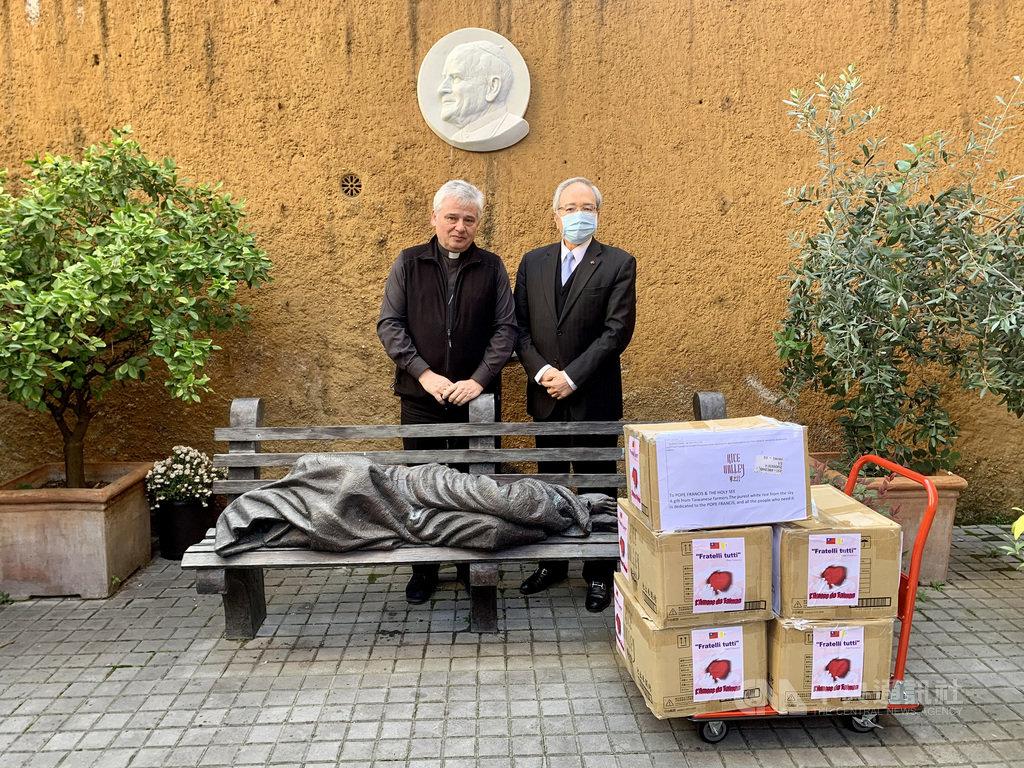 駐教廷大使李世明(圖右)向教廷賑濟所負責樞機主教約斯基(圖左)致贈台灣青農魏瑞廷提供的5大箱池上好米。(駐教廷大使館提供)中央社記者黃雅詩羅馬傳真 109年11月24日