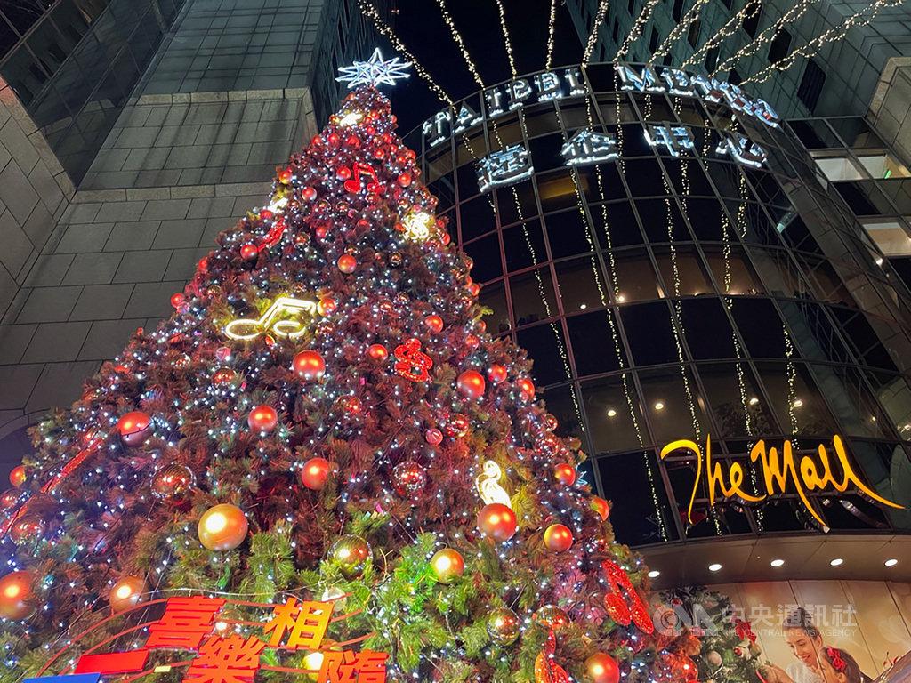 遠東集團24日在遠企中心敦南廣場舉行耶誕點燈儀式,由遠東集團董事長徐旭東及賓客點亮40呎高、以金色彩球和音符燈飾打造成的耶誕樹。中央社記者吳家豪攝 109年11月24日