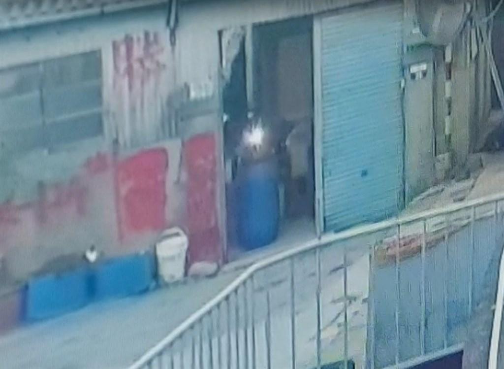 台中市發生2桶屍命案,警方調查,徐姓主嫌等人將其中一名死者封入塑膠桶中,藏放在徐嫌台中豐原老家。(翻攝畫面)中央社記者趙麗妍傳真 109年11月23日