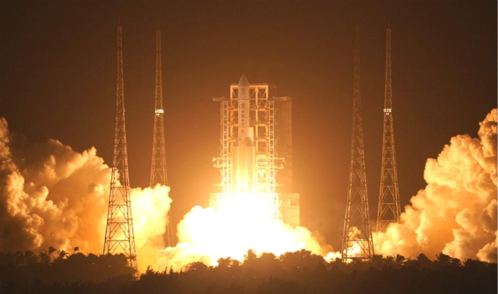 長征五號遙五火箭24日凌晨在文昌航天發射場點火升空,將運送嫦娥五號探測器至地月轉移軌道。(圖取自中國航天科技集團網頁spacechina.com)