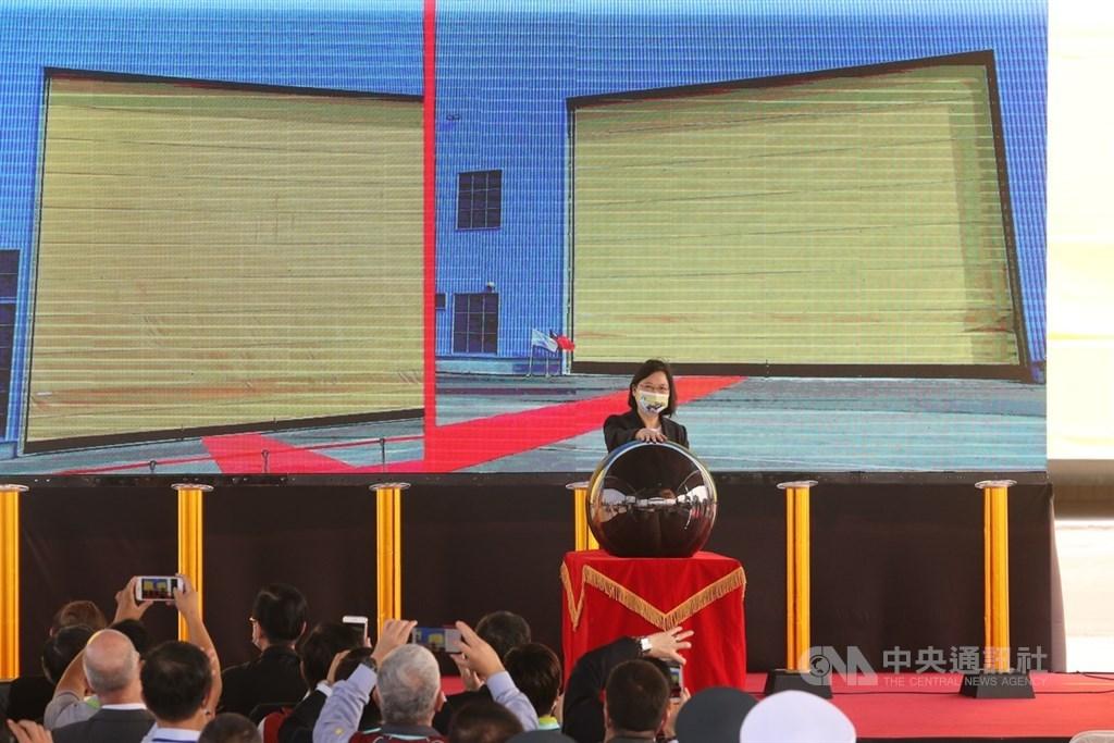 國軍推動潛艦國造,24日在高雄台船公司舉行廠房開工典禮,總統蔡英文(圖)按下啟動按鈕,象徵潛艦國造正式邁入建造階段。中央社記者郭日曉攝 109年11月24日