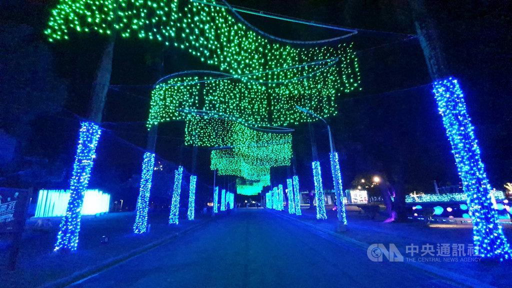 「2020屏東聖誕節」在南國屏東以燈飾打造北國極光,將於27日晚間在屏東公園熱鬧登場,為讓民眾提前感受過節氛圍,這幾天試燈點亮,讓民眾驚豔。中央社記者郭芷瑄攝 109年11月24日