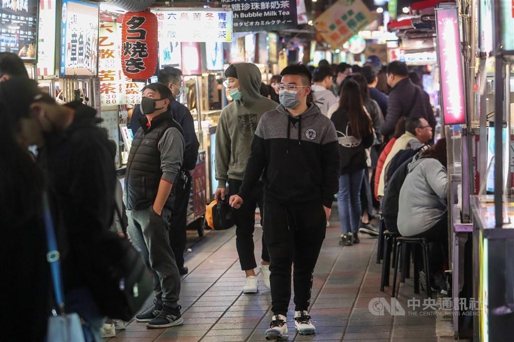 台北市公布第3波旅遊補助方案,自由行旅客補助時間從12月24日至明年3月7日,共補助10萬名,每房每晚可折抵新台幣1000元住宿費。圖為民眾戴口罩逛寧夏夜市。(中央社檔案照片)