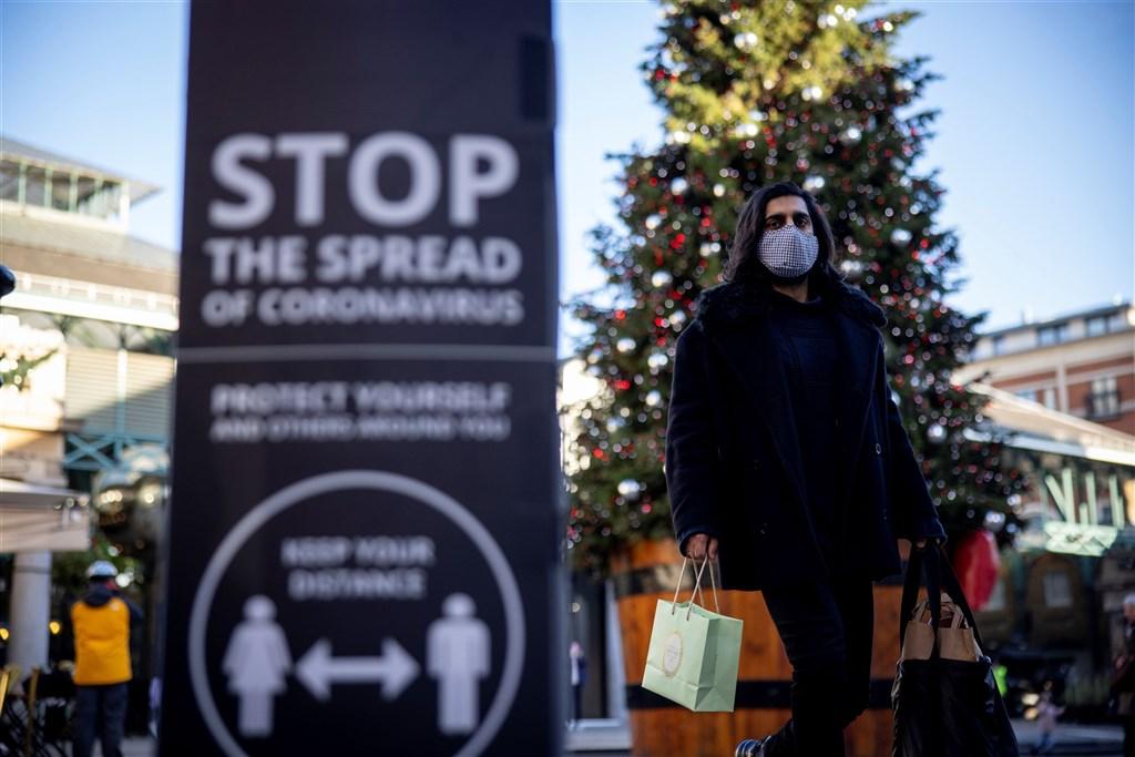 英格蘭地區封城措施即將在12月2日解禁,英相強生宣布,解禁後將重新實施3級疫情警報系統。圖為11月22日倫敦民眾戴口罩防疫。(法新社)