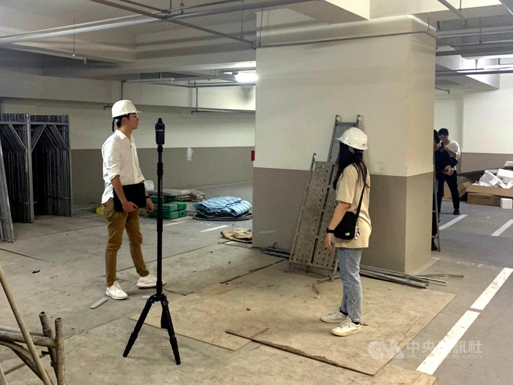 教育部青年署運用最新科技拍攝360度VR(虛擬實境)職場體驗系列影片,由職人黃家祥介紹空間設計師行業,穿梭辦公室、案場、毛胚屋工地等場景。(青年署提供)中央社記者許秩維傳真 109年11月25日