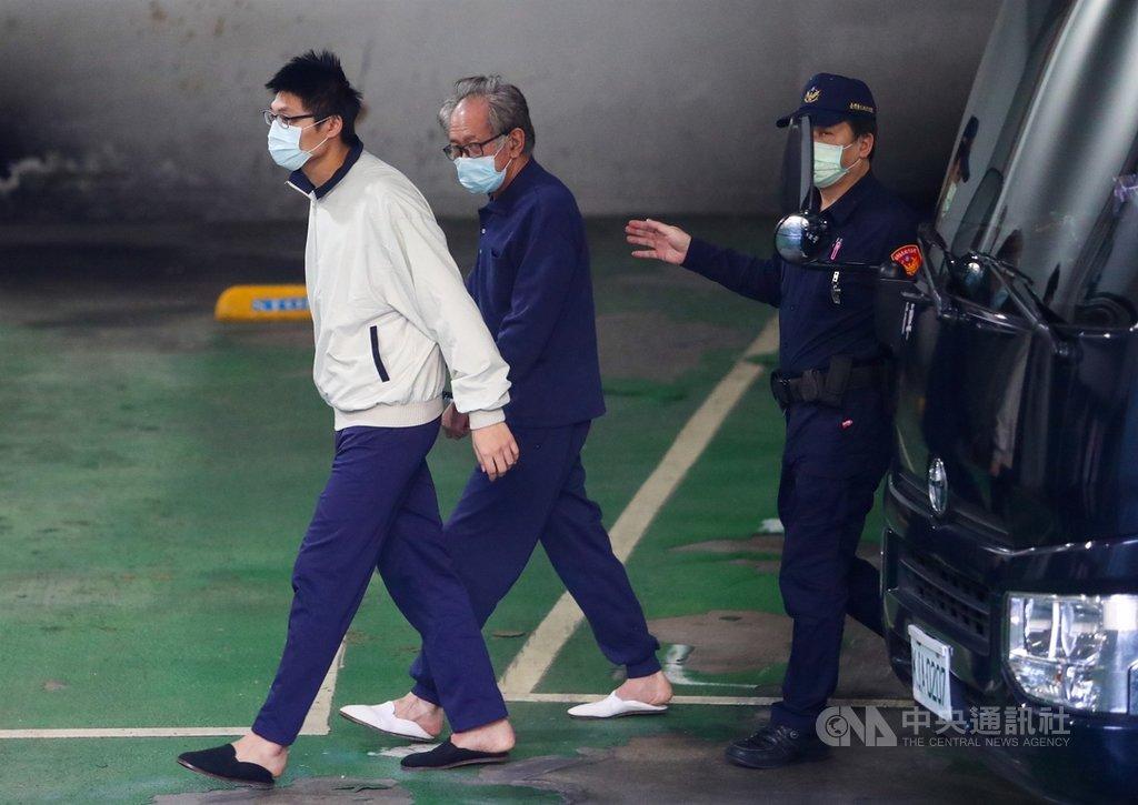 台北地方法院25日審理立委涉收賄案,提訊在押的國民黨立委陳超明(中)出庭應訊。中央社記者王騰毅攝  109年11月25日