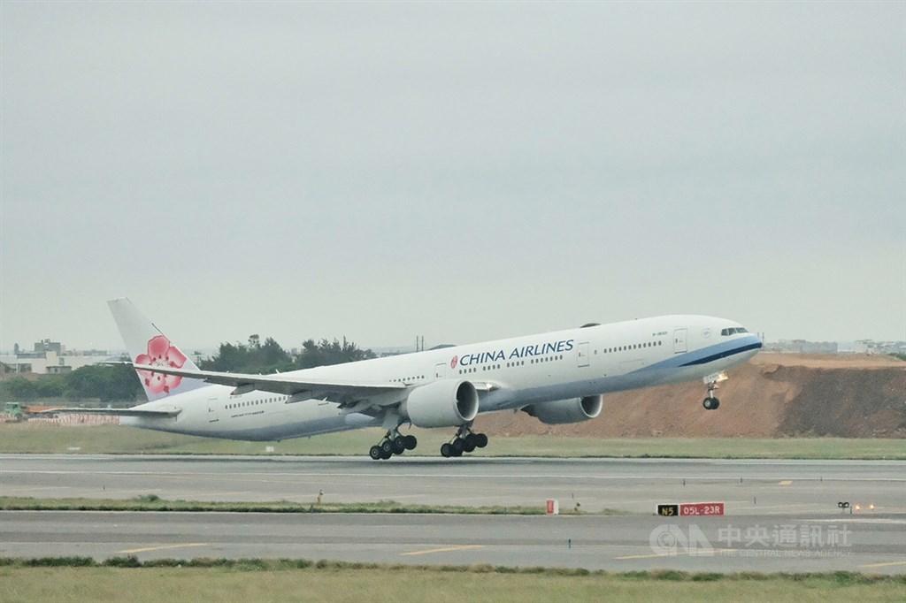 華航因為機身有大大的CHINA AIRLINES字樣,在國外常被誤以為是來自中國的航空公司,在台灣有許多要求改名的呼聲。(中央社檔案照片)