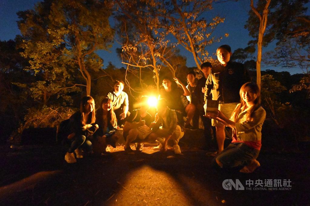 清華大學材料科學工程學系教授周卓煇團隊打造無藍光的類燭光OLED燈,並設置47盞在校內的相思湖環湖步道,成為無藍害智慧照明示範校園。(周卓煇提供)中央社記者郭宣彣傳真 109年11月25日