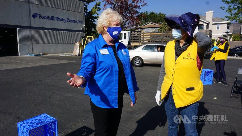 慈善機構山麓聯合中心執行長麥威廉斯(Betty McWilliams)表示,疫情衝擊經濟,領取救濟物資的人數達去年3倍。圖右為幫幫忙基金會會長、僑胞鮑潘曉黛。中央社記者林宏翰洛杉磯攝  109年11月25日