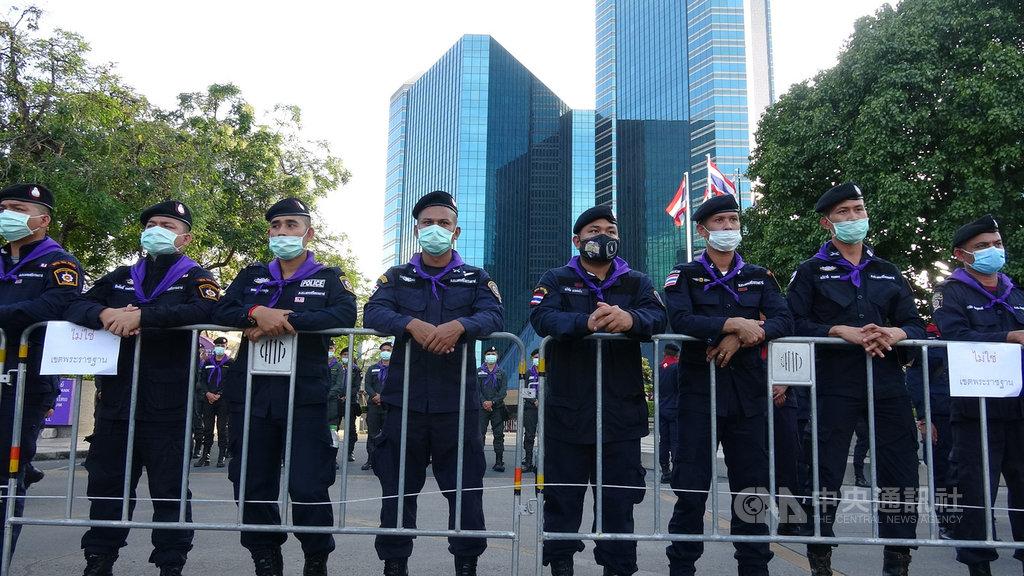 泰國反政府抗議情勢持續升溫,示威人士25日集結在匯商銀行前,要求王室財產管理要透明化,警方在銀行前佈下大量警力。中央社記者呂欣憓曼谷攝 109年11月25日