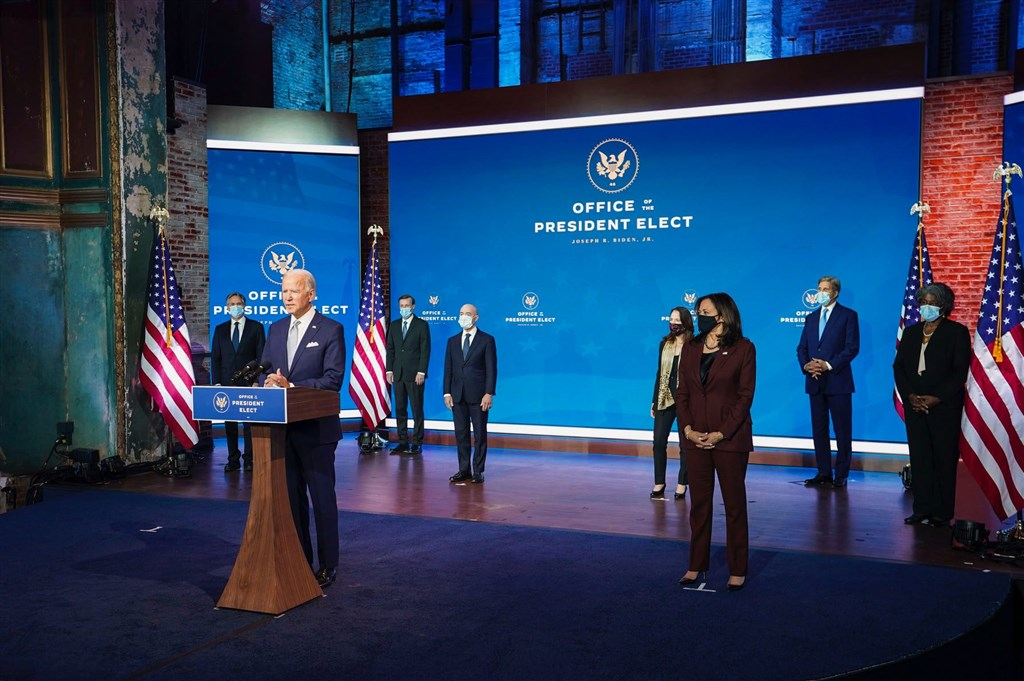 美國總統當選人拜登(前左)25日在介紹他的外交和國家安全團隊時表示,他上任後,美國準備在全球舞台再度扮演領導角色,並矢言與美國的盟邦合作。(圖取自facebook.com/joebiden)