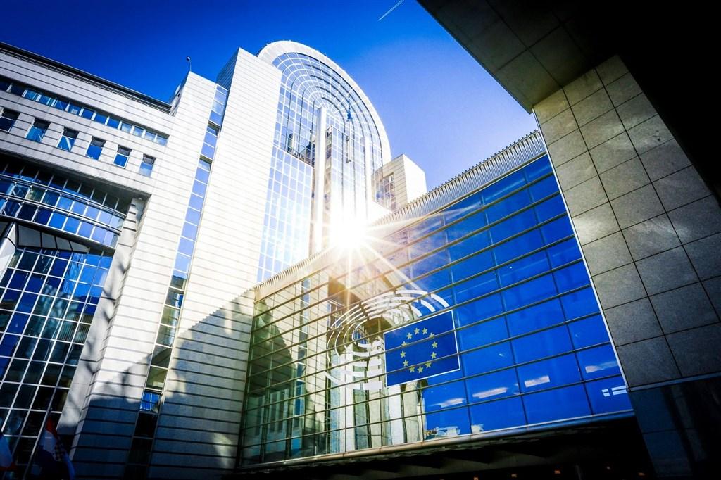 歐盟(EU)執委會正進行貿易政策檢討,歐洲議會對此提出一份草案,其中特別呼籲歐盟執委會「界定談判範圍」,儘快與台灣展開投資談判,這項草案預計26日表決。圖為歐洲議會外觀。(圖取自facebook.com/europeanparliament)
