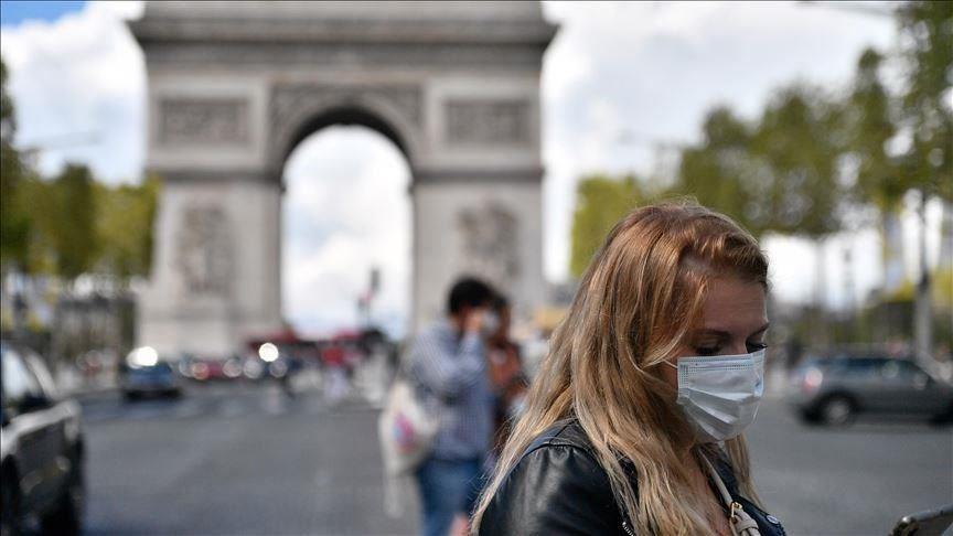 法國23日新增確診下降到9千多人,總統馬克宏24日晚間宣布法國將啟動3段式解封。圖為巴黎民眾戴口罩上街。(安納杜魯新聞社)
