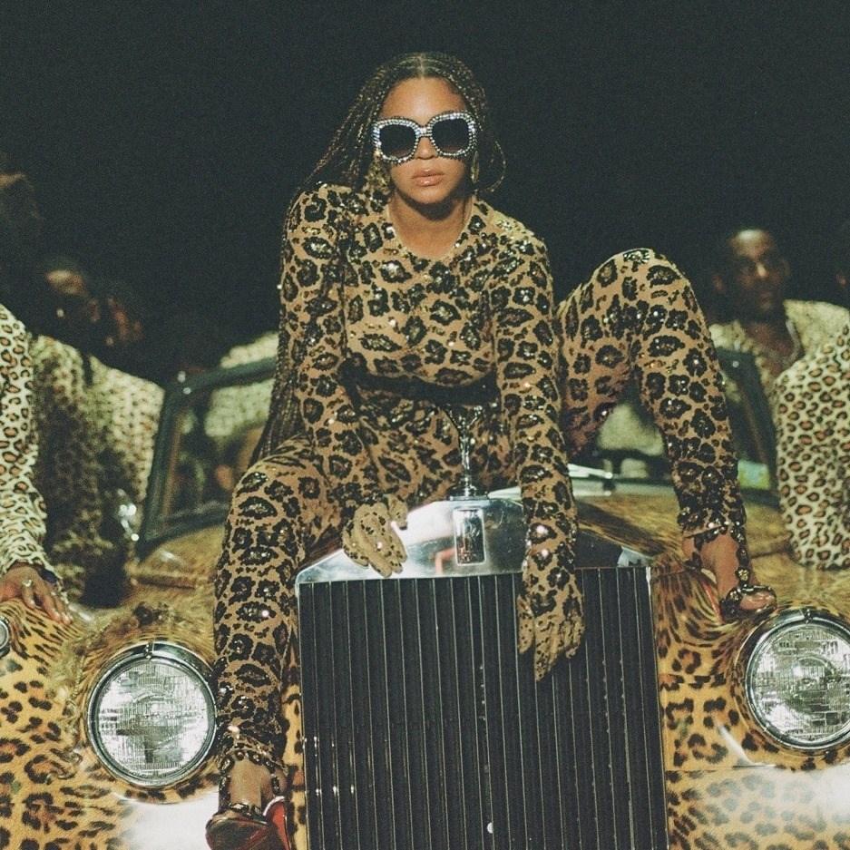 第63屆葛萊美獎入圍名單25日出爐,美國樂壇天后碧昂絲(前)靠視覺專輯Black is King一口氣囊括9項提名,最為風光。(圖取自facebook.com/beyonce)