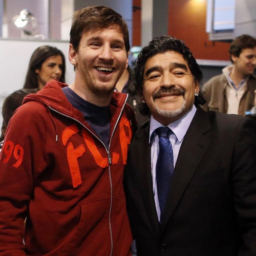 阿根廷足球傳奇馬拉度納(右)25日因心臟病逝世,阿根廷足球巨星梅西說他將「永垂不朽」。(圖取自instagram.com/leomessi)