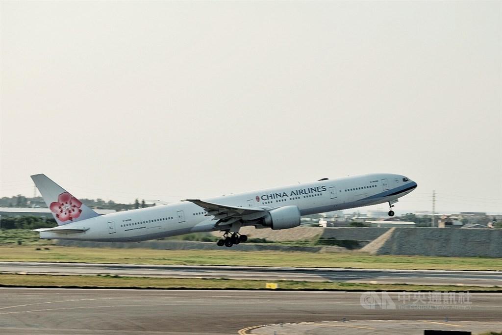 華航因為機身有大大的CHINA AIRLINES字樣,引發外界爭議。交通部長林佳龍26日受訪說,會先縮小字體,並保留空間配合台灣意象在新機上。(中央社檔案照片)