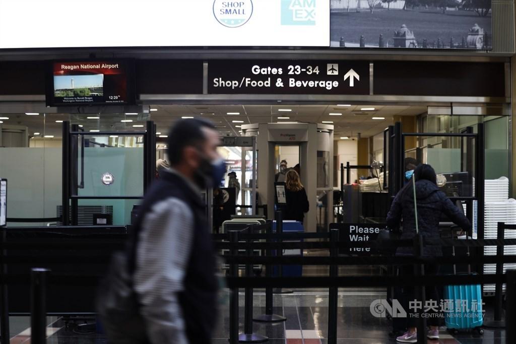 感恩節前夕,美國雷根國家機場25日有不少民眾搭機返鄉與家人團聚。中央社記者徐薇婷華盛頓攝 109年11月26日