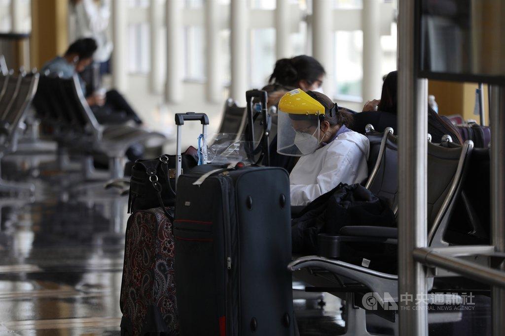 感恩節前夕,在鄰近美國華府的雷根國家機場,不少旅客選擇口罩配面罩全副武裝防疫。中央社記者徐薇婷華盛頓攝  109年11月26日