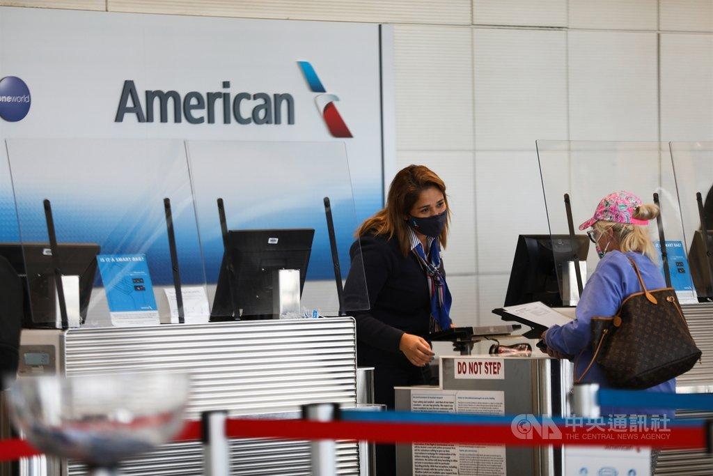 為了防疫,美國雷根國家機場櫃檯紛紛架起塑膠隔板,機場人員也都佩戴口罩自保。中央社記者徐薇婷華盛頓攝  109年11月26日