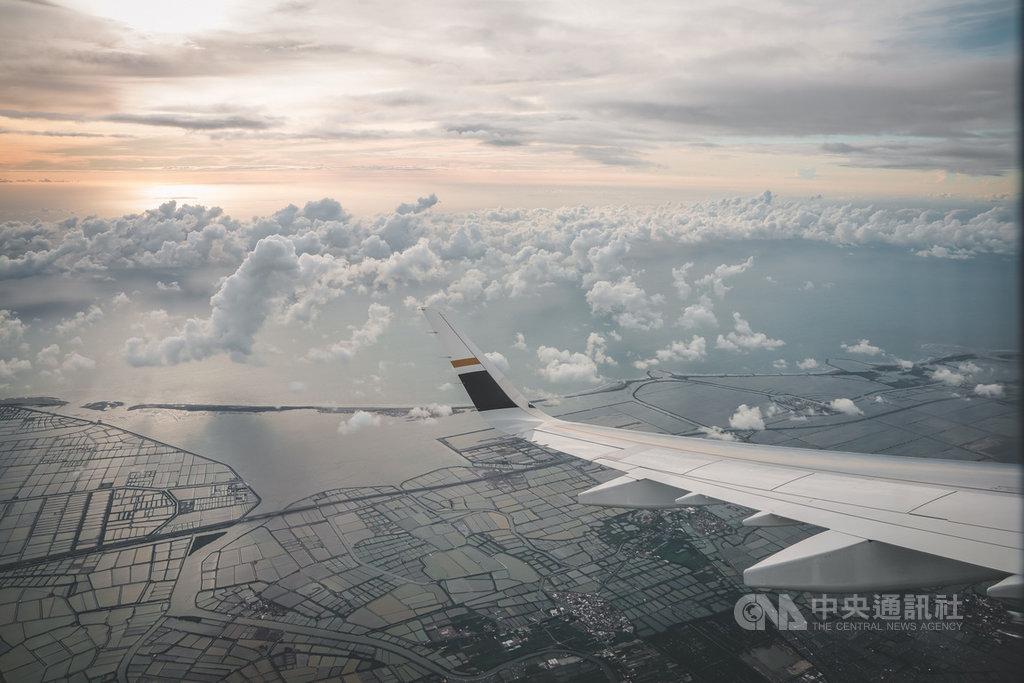 台南市政府與星宇航空聯合推出台北台南間的類出國行程,讓遊客可以從高空看到台南的山海景觀。(台南市政府提供)中央社記者楊思瑞台南傳真  109年11月26日