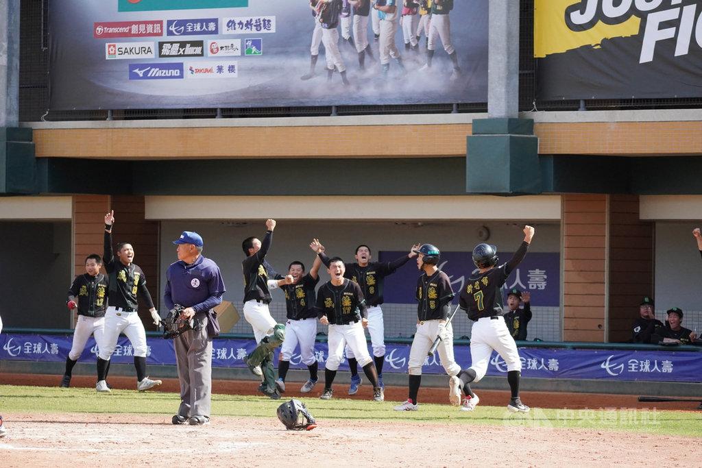 新竹市成德高中棒球隊26日在2020年黑豹旗全國高中棒球大賽成功挺進4強,為隊史最佳。新竹市長林智堅得知後給予祝福與肯定,鼓勵球員運動與課業都能並進。(新竹市政府提供)中央社記者魯鋼駿傳真 109年11月26日
