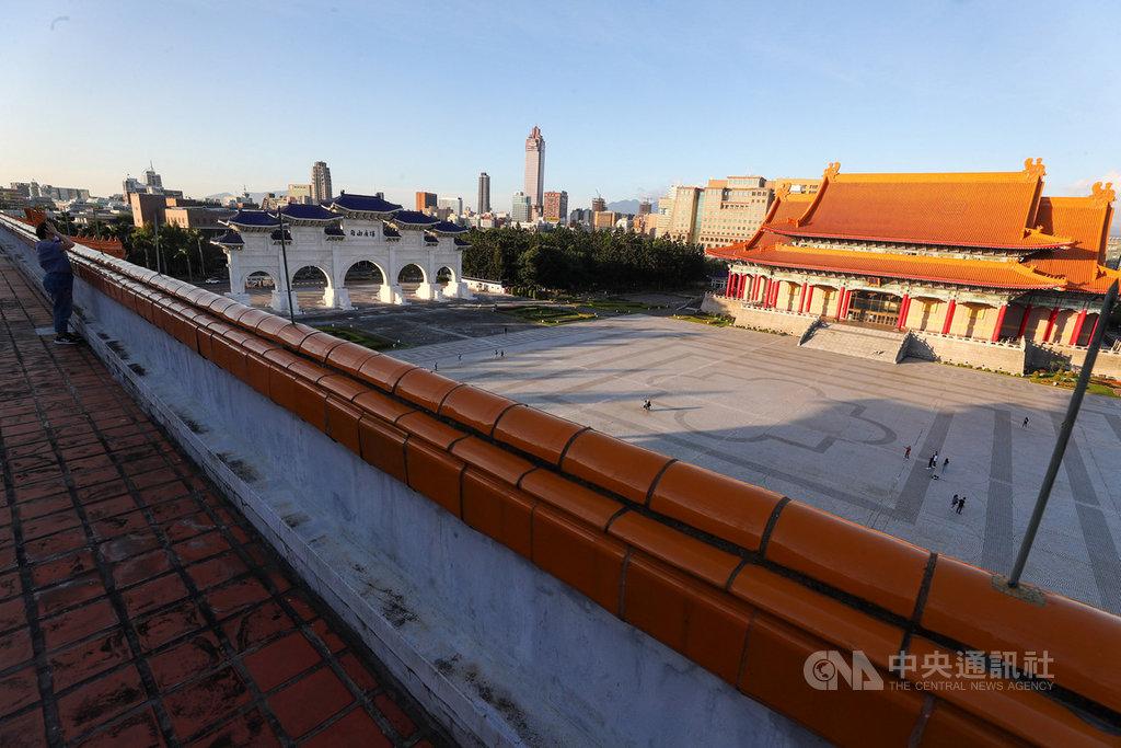 台北國家戲劇院的屋頂天台33年來首度對外公開,26日搶先開放媒體參觀,天台上可俯視當年發生野百合學運的大廣場。中央社記者王騰毅攝 109年11月26日