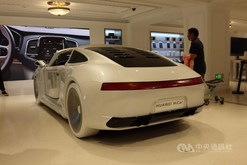 華為多次聲明不造整車,而是聚焦ICT技術,HUAWEI HiCar就是把行動設備和汽車連結,實踐智慧出行。圖為10月初在華為上海旗艦店內的相關展出。中央社記者張淑伶上海攝  109年11月26日