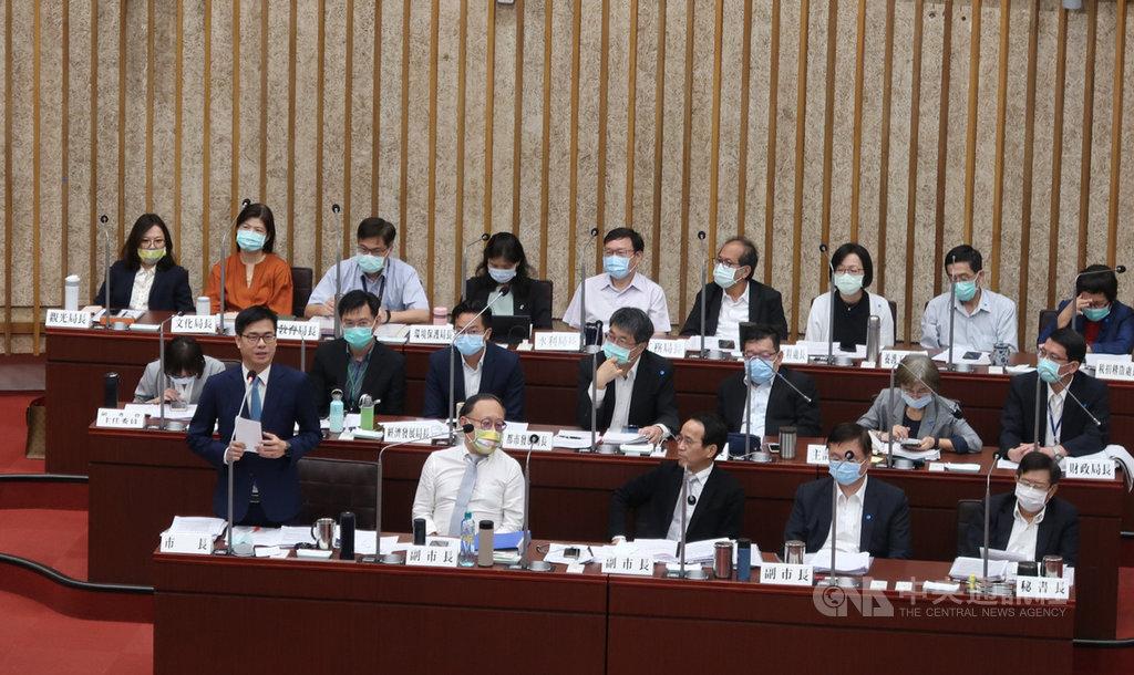 高雄市長陳其邁(前排左)26日在議會答詢表示,市府將加速辦理捷運黃線等3條捷運動工時程,「屆時會請大家出席動工典禮、請放心」。中央社記者王淑芬攝  109年11月26日