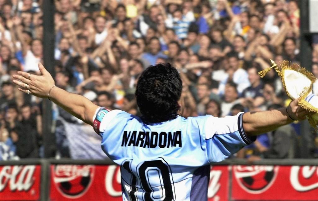 阿根廷足球傳奇馬拉度納(圖)25日病逝,法國甲級足球聯賽馬賽奧林匹克足球隊教頭波艾斯表示,應將各國的10號球衣退休,藉此向馬拉度納致敬。(圖取自馬拉度納官方網頁diegomaradonagroup.com)