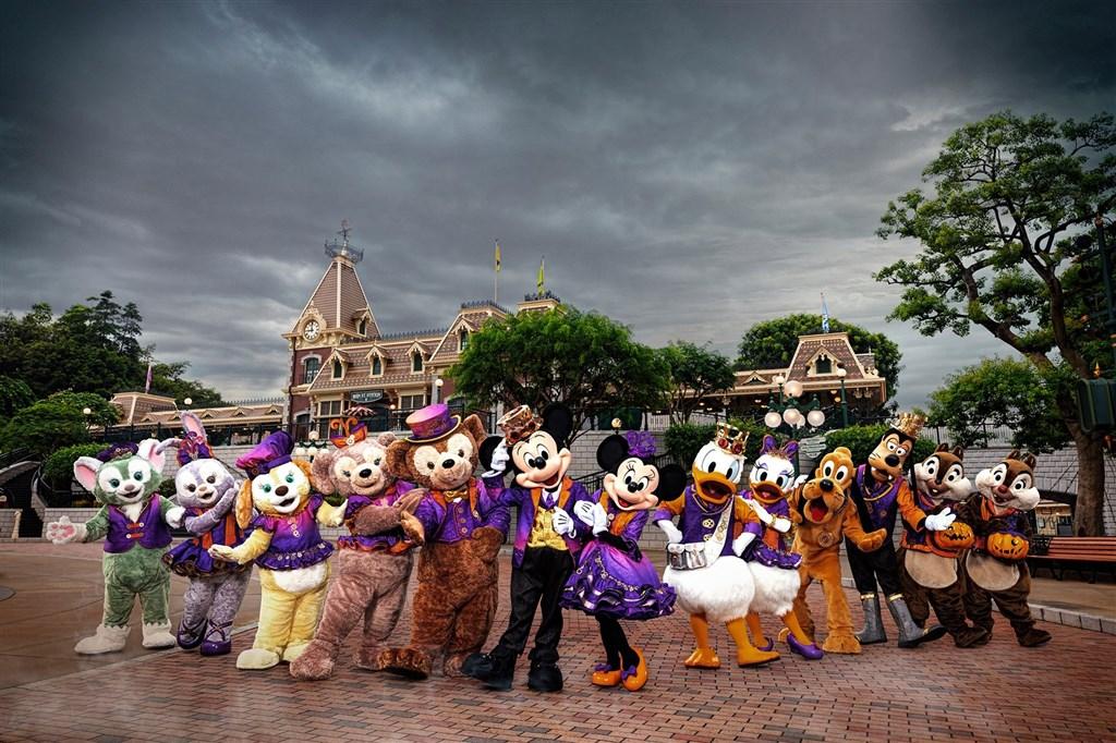 受疫情影響,迪士尼公司25日宣布,將裁員約3萬2000人,主要是任職於主題樂園的員工。(圖取自facebook.com/Disney)