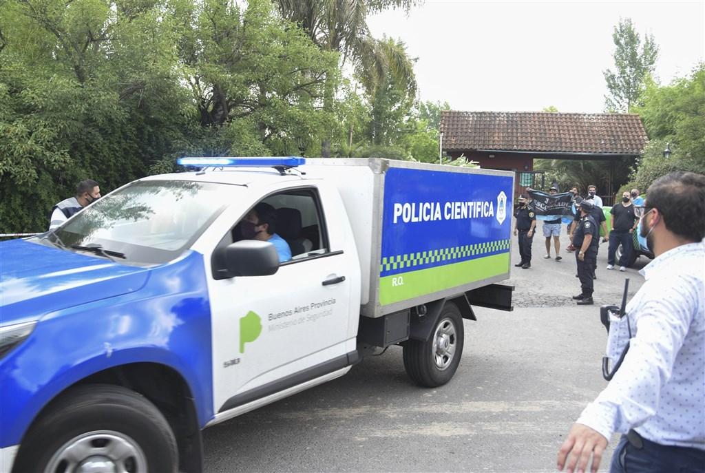 阿根廷足球傳奇馬拉度納25日上午感覺不太舒服,等醫護人員抵達時,馬拉度納已離世。圖為警方載著馬拉度納遺體前往太平間。(安納杜魯新聞社)