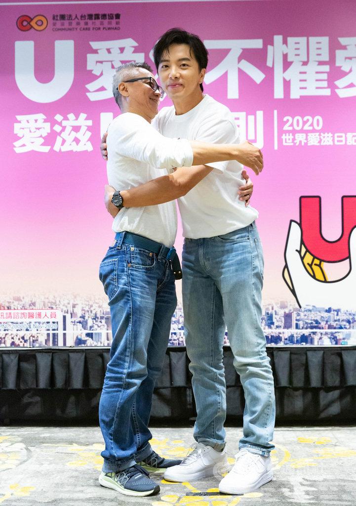 目前民眾對於愛滋的認識和包容仍有限,民間團體26日舉辦記者會,邀請「U愛大使」、藝人坤達(右)出席,共同提倡友善6原則「靜、密、謝、說、聊、學」,盼共創零歧視環境。(台灣露德協會提供)中央社實習記者陳奕安傳真 109年11月26日