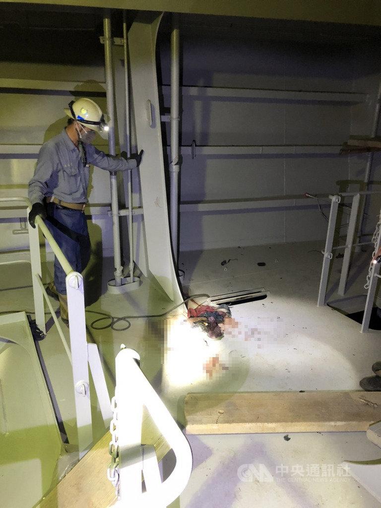 台船公司為陽明海運打造1艘2800TEU的貨櫃輪,但25日下午疑因外包商施工不慎造成火災,導致焊接工1死1重傷,台船指出,已配合勞檢停工及事故調查。(民眾提供)中央社記者洪學廣傳真 109年11月26日