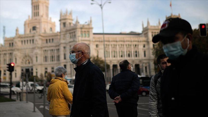 根據法新社統計,截至台灣時間26日2時30分,全球武漢肺炎累計確診數已突破6000萬例。圖為西班牙民眾戴口罩上街。(安納杜魯新聞社)