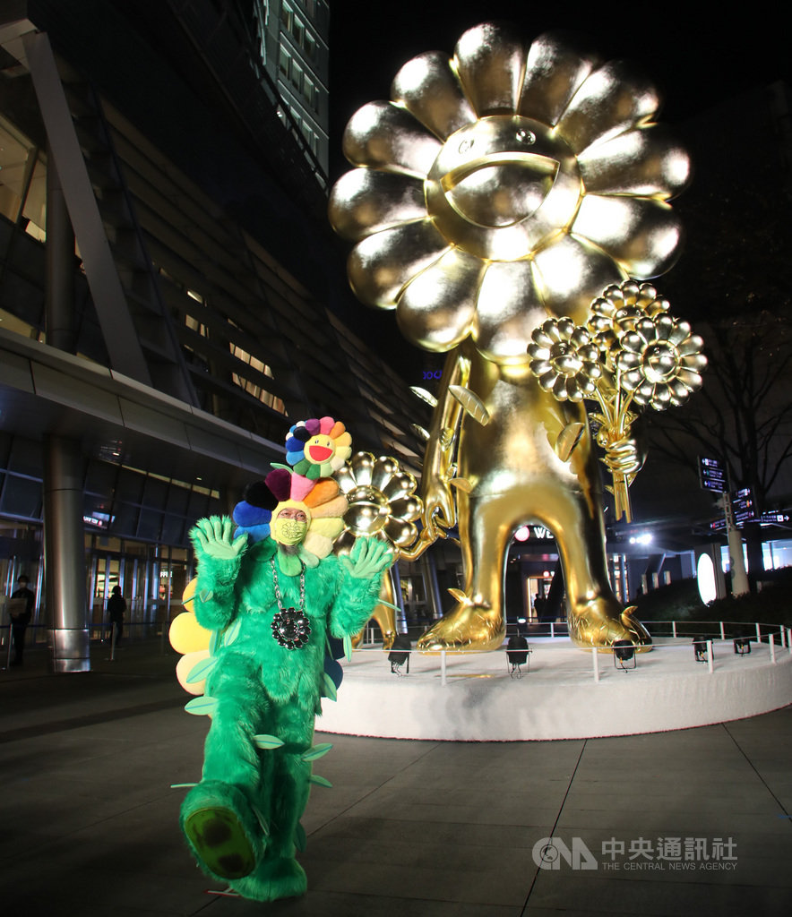 享譽國際的日本藝術家村上隆26日在東京推出名為「花花親子」的巨型金色雕刻作品。在武漢肺炎疫情蔓延之際,他期待藉此帶給人們活力與希望。中央社記者楊明珠東京攝 109年11月26日