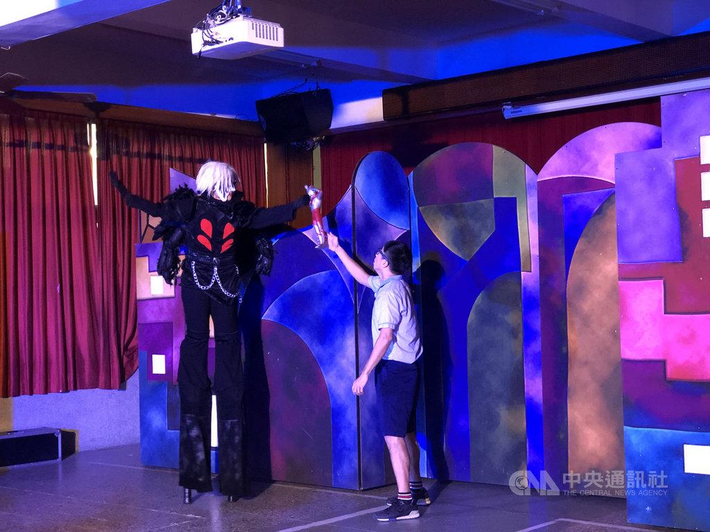 紙風車劇團推出「紙風車青少年反毒戲劇工程」到校園演出,希望透過70分鐘反毒劇為青少年築起反毒防火牆,以教育劇場形式取代說教。(紙風車劇團提供)中央社 109年11月27日