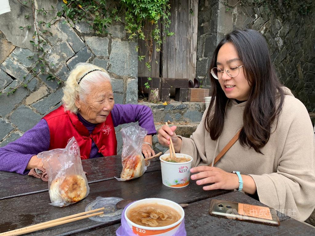 馬祖青年發展協會為讓長輩安心用餐,決定「服務到家」,總幹事林晏如(右)27日帶著志工前往長輩家中共食拜訪,藉此培養情感。中央社記者邱筠攝 109年11月27日