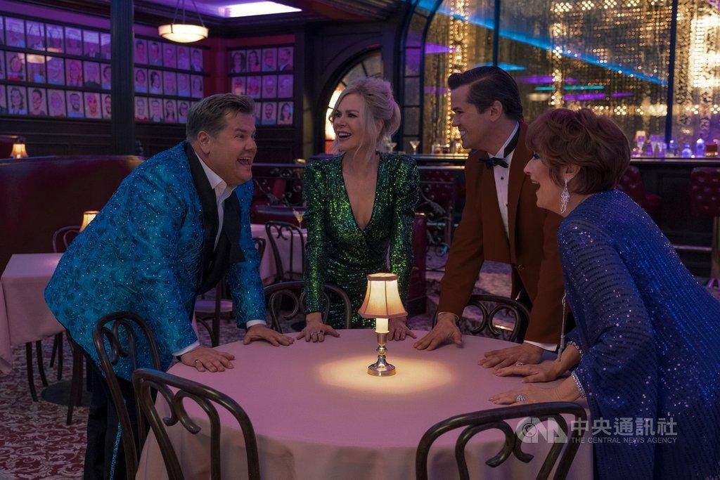 兩大奧斯卡影后梅莉史翠普(Meryl Streep)(右)、妮可基嫚(Nicole Kidman)(左2)化身音樂劇演員,演出LGBTQ題材電影「畢業舞會」,力挺同志學生追愛。(Netflix提供)中央社記者葉冠吟傳真 109年11月27日